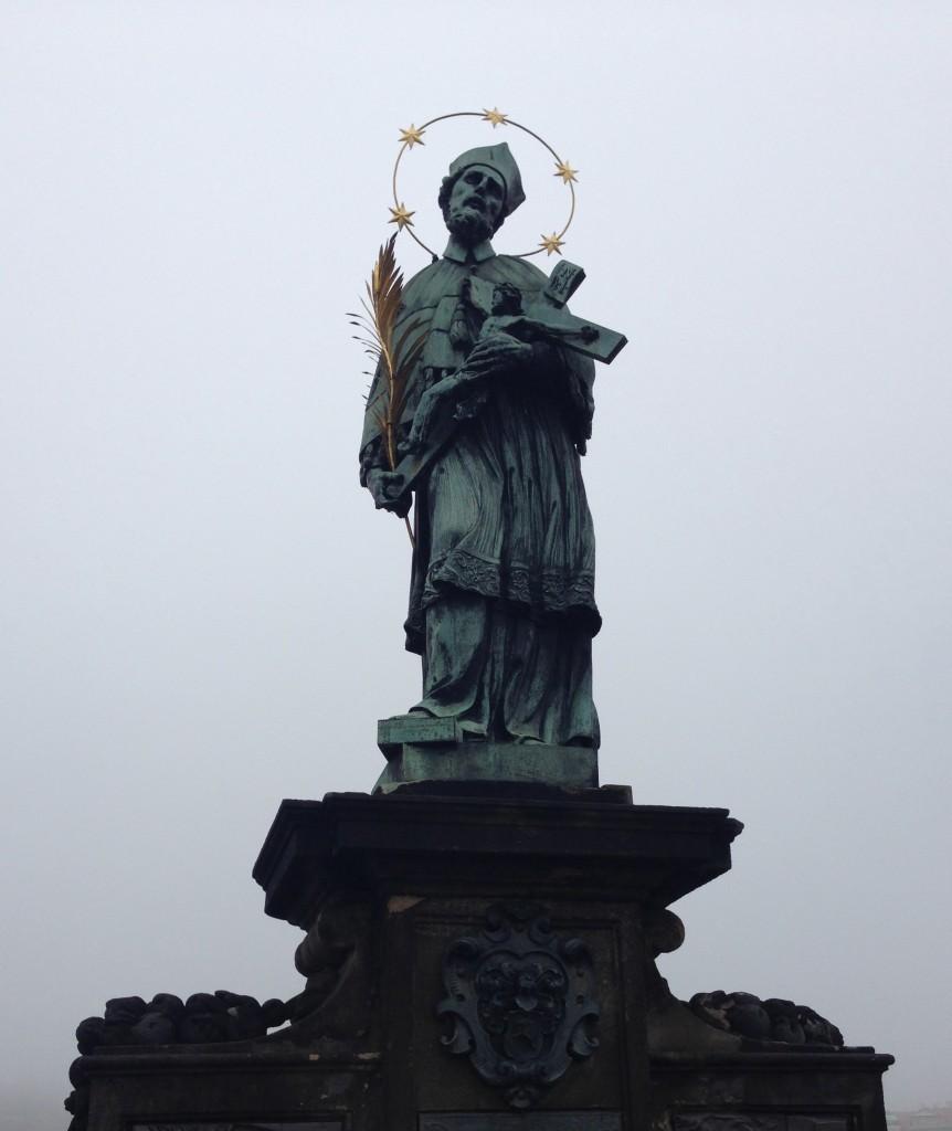 Het standbeeld van Jan van Nepomuk op de Karelsbrug in Praag