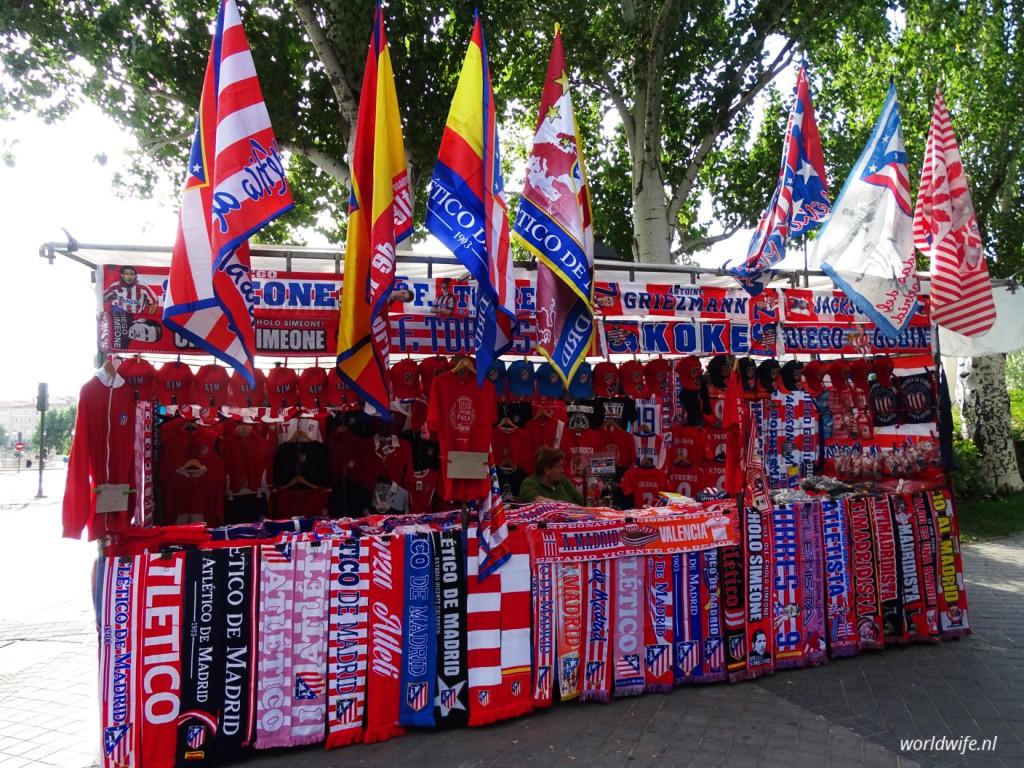 Als je nog geen vlag, sjaal of shirt had kon je er in de buurt van het stadion wel eentje kopen