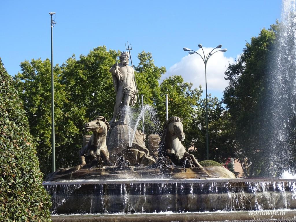 De fontein met Neptunes op Plaza de Cánovas del Castillo