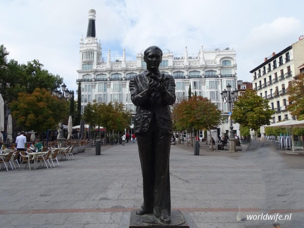 Hotel Reina Victoria op Plaza de Santa Ana met op de voorgrond het standbeeld van Calderón de la Barca, een bekende Spaanse toneelschrijver